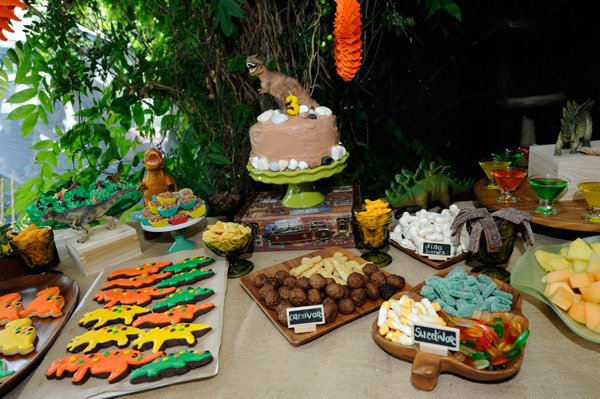 dinosaur birthday sweets table, dinosaur birthday cake