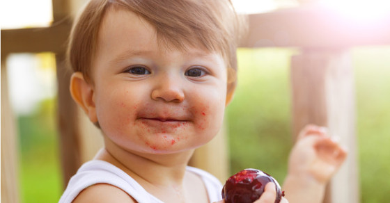 toddler eating fruit sl solus