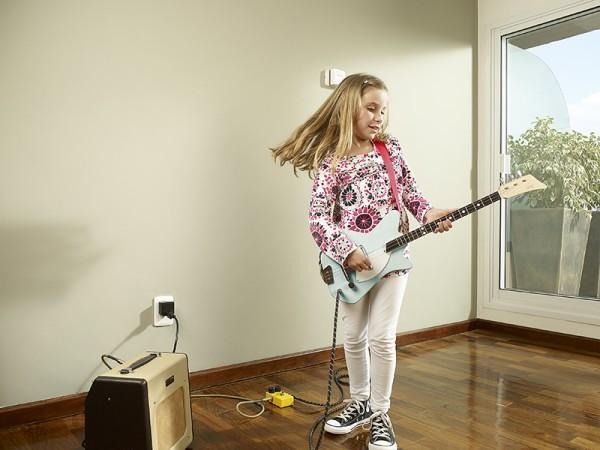 loog guitars girl