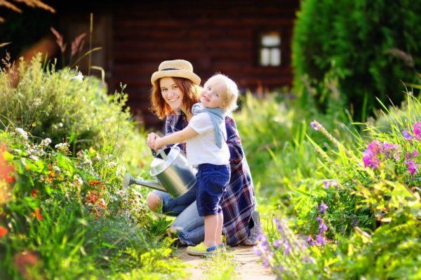 mum child gardening