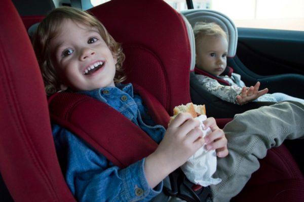 kids eating in car